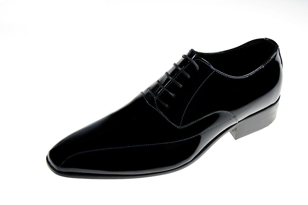 Scarpe. Le scarpe sono un accessorio fondamentale per tutti gli abiti 91dd196c851