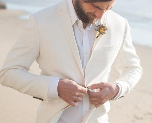 cfc685f6d775 L abito bianco per lo sposo... si o no
